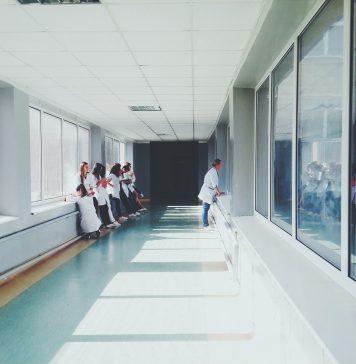 Vue sur l'hôpital qui confie ses tâches à Happytal